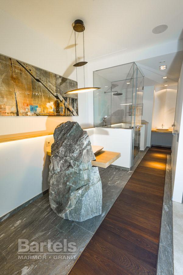 Badezimmer / WC U2013 Valser Quarzit, Findling Und Bodenplatten Mit Holz.